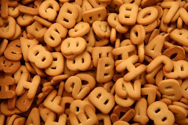 """""""Pirmokas"""" skaičių ir raidelių formos cukriniai sausainiai su romo aromatu"""