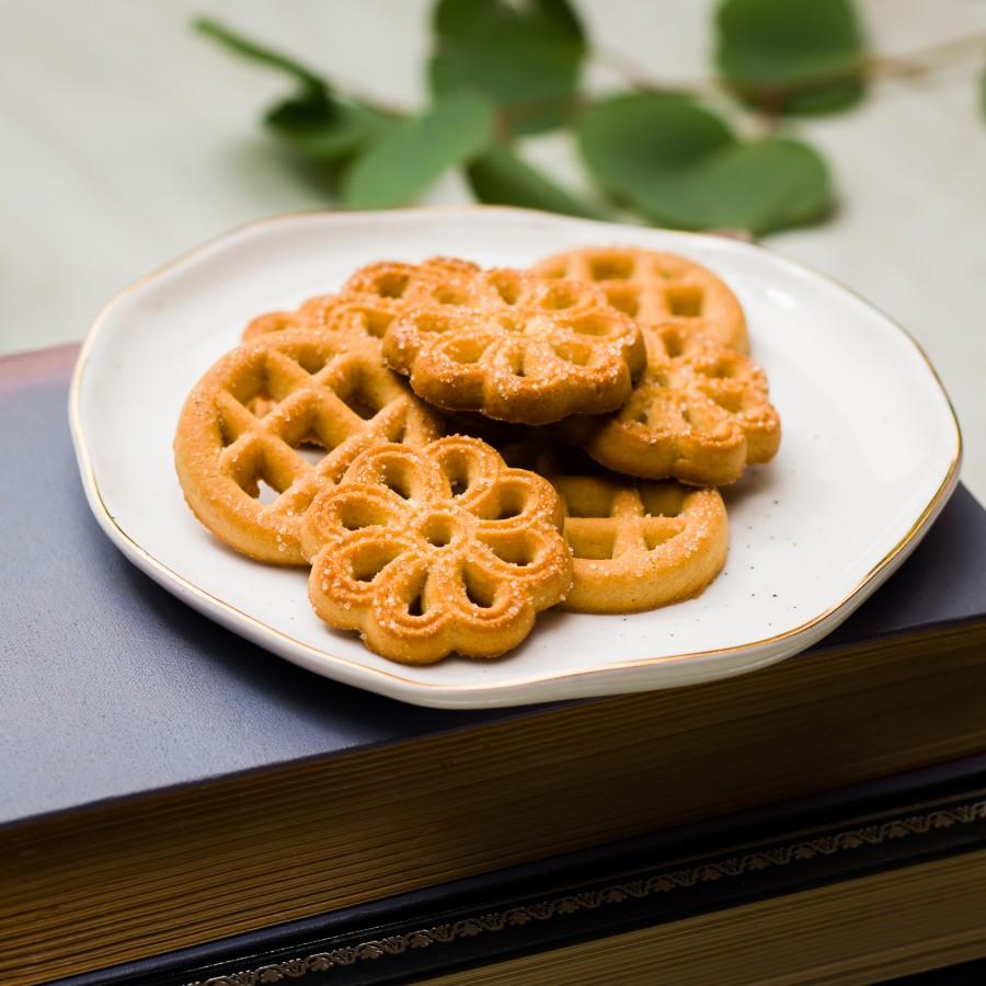 """""""Ainių"""" vanilės skonio, įvairių formų sausainiai apibarstyti cukrumi"""