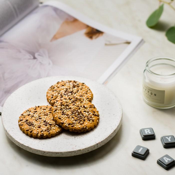 """""""Viktorija"""" avižiniai sausainiai su razinomis, saulėgrąžomis, sezamu ir linų sėmenimis"""