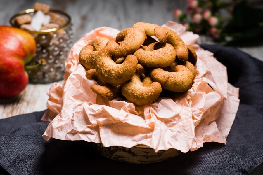 """Sausainiai """"Su džiovintais obuoliukais"""" apibarstyti cinamonu ir cukrumi"""
